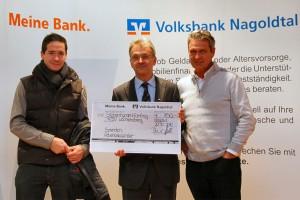 Stellvertretender Jugendleiter Hans-Peter Petzold (links) und 1. Vorsitzender Dr. Christian Hentschel (rechts) bei der Scheckübergabe in der Volksbank Nagoldtal zusammen mit Vorstandsmitglied Ralf Haller (Mitte).