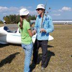 Fluglehrering Cindy Räuchle gratuliert Harald zu erfolgreichen ersten Alleinflügen.