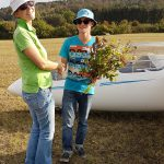 Fluglehrering Cindy Räuchle gratuliert Cornelius zu erfolgreichen ersten Alleinflügen.