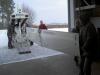 Zweiten Tragflügel aus dem Transportanhänger ausladen