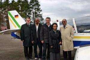 Staatssekretär Fuchtel, ein Begleiter des Botschafters, Pilot Dr. Christian Hentschel, Frau Tessema und Botschafter Tessema kurz vor dem Abflug (von links nach rechts)