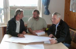 Der 1. Vorsitzende der Flugsportvereinigung Wächtersberg, Dr. Christian Hentschel, Herr Angerer vom Regierungspräsidium Karlsruhe und Fluglehrer Klaus Hinkel (von links nach rechts) in der Diskussion über den Sonderlandeplatz