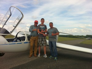 Freuen sich über die sehr gute Kunstflugprüfung: Fluglehrer Michael Zistler, Patrick Hagel und Prüfer Frank Kurtz (vlnr.)